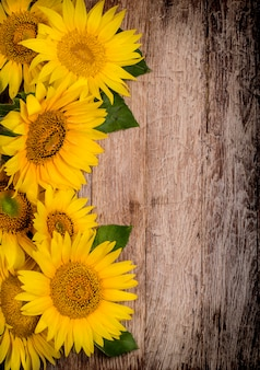 Zonnebloemen op houten achtergrond
