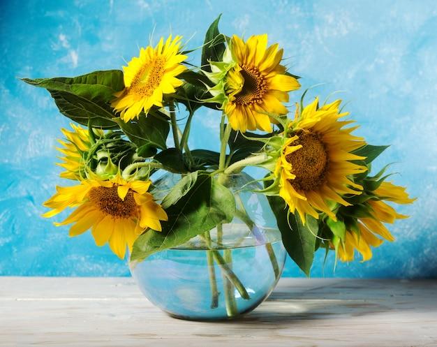 Zonnebloemenboeket over lichtblauw