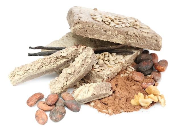 Zonnebloemhalva met cacao op wit
