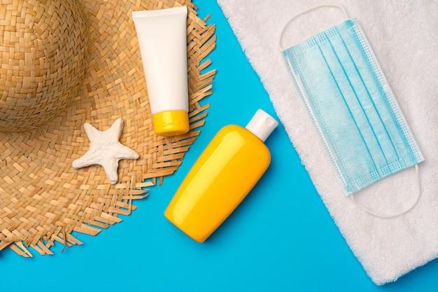 Zonnebrandcrème en beschermend masker. coronavirus zomer concept