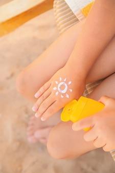 Zonnebrandcrème op de huid van een kind. selectieve aandacht. natuur.