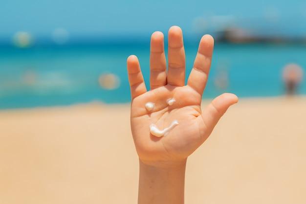 Zonnebrandcrème op de huid van een kind