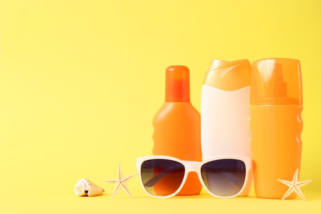 Zonnebrandmiddelen op een gekleurde achtergrond. bescherming van de huid tegen ultraviolette stralen. hoge kwaliteit foto