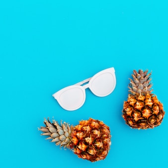 Zonnebril en ananas. modeaccessoire van de zomer.