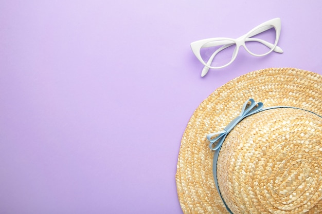 Zonnebril en gestreepte retro haton paars oppervlak