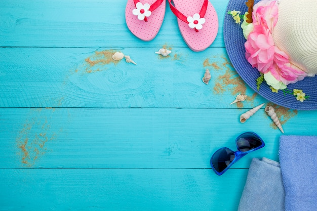 Zonnebril en zand op blauwe houten achtergrond