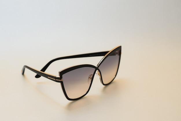 Zonnebril geïsoleerd tegen een witte achtergrond