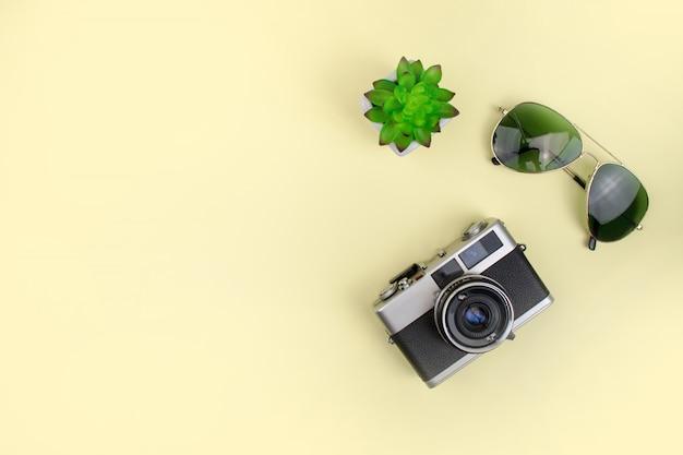Zonnebril met filmcamera op een gele achtergrond