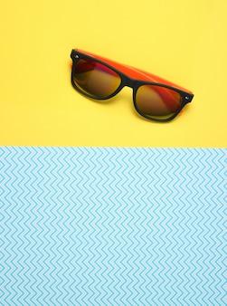 Zonnebril op creatieve blauw geel, zomer, bovenaanzicht