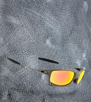Zonnebril op de metalen achtergrond