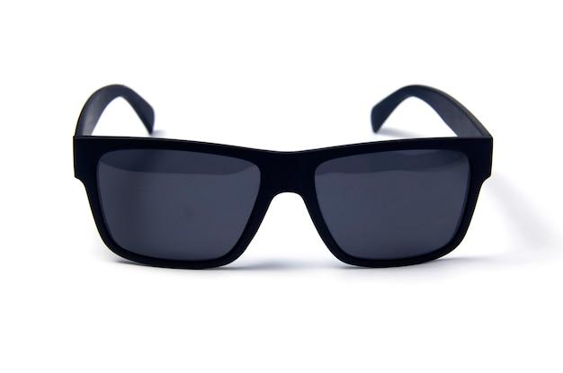 Zonnebril op een witte achtergrond. bril met zwarte rand
