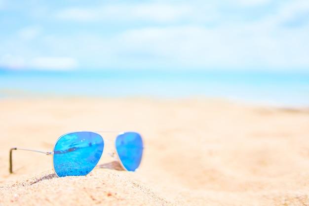 Zonnebril op het strand.