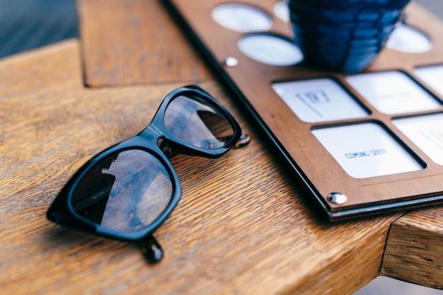 Zonnebril op houten tafel