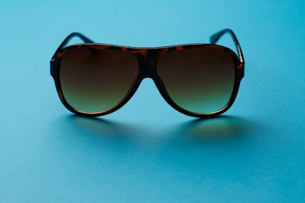 Zonnebril op lege blauwe achtergrond