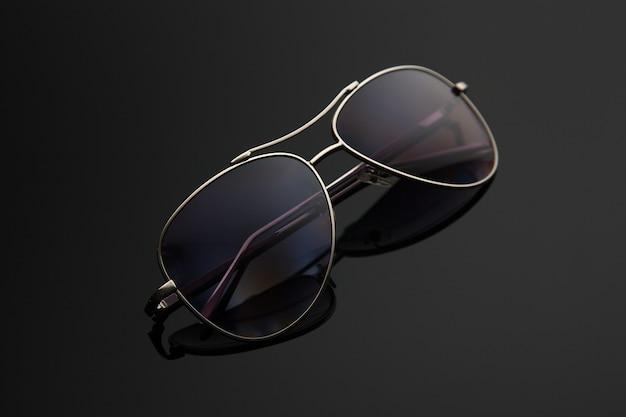 Zonnebrilglazen vormen druppel, metalen frame voor politie, piloten, spionnen, stijlvolle achtergrond met kleurovergang met polarisatiefilter.