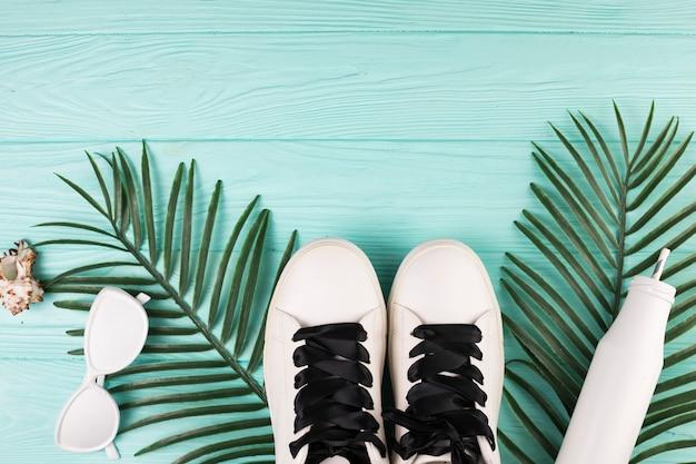 Zonnebrillen en schoenen in witte kleur
