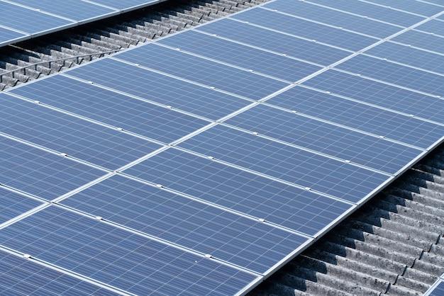 Zonnecel op het dak van het gebouw