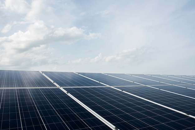 Zonnecelboerderij in krachtcentrale voor alternatieve energie van de zon