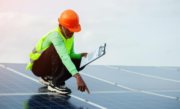 Zonnecelingenieurs doen het zware werk. werken in alternatieve energie zonne-energie