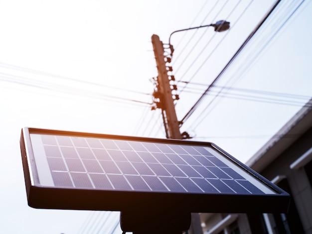 Zonnecellen, kleine zonnepanelen op paal, elektriciteit uit zonlicht, energie is schoon en vermindert de opwarming van de aarde.