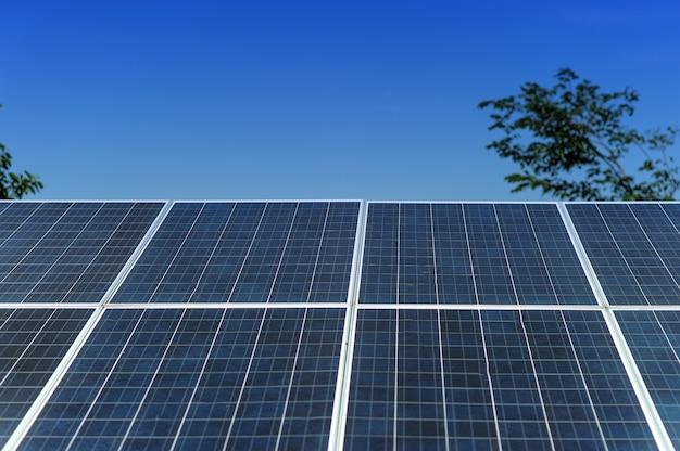 Zonnecellen zetten zonne-energie van de zon om in energie. zonnecelconcept met exemplaarruimte