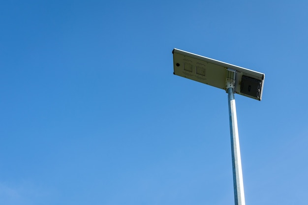 Zonnecelpaneel led-verlichtingspaal op blauwe hemelachtergrond.