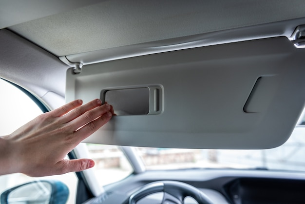 Zonneklep met spiegel in een auto.
