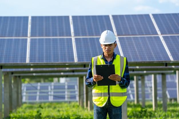 Zonnepaneel, alternatieve elektriciteitsbron, ingenieur of elektricien inspecteren zonnepaneel bij zonne-energiecentrale.