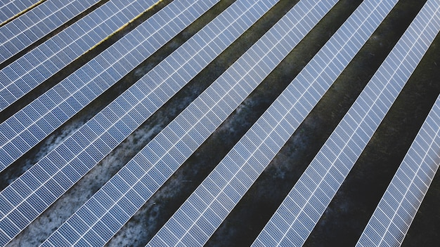 Zonnepaneel fotovoltaïsche alternatieve elektriciteitsbron concept van duurzame hulpbronnen