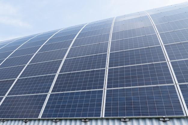 Zonnepaneel fotovoltaïsche alternatieve elektriciteitsbron in modern gebouw