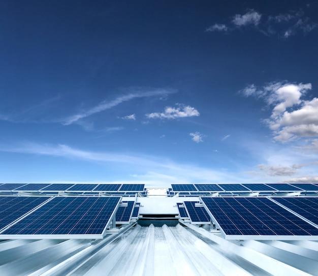 Zonnepaneel fotovoltaïsche installatie op een dak van een gebouw, alternatieve elektriciteitsbron