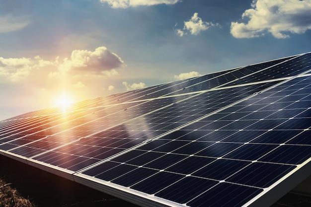 Zonnepaneel met zonlicht en blauwe hemelachtergrond. concept schone energie in de natuur