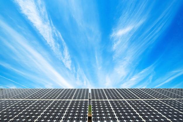 Zonnepaneel op blauwe hemelachtergrond, alternatieve energieconcept, schone energie, groene energie.