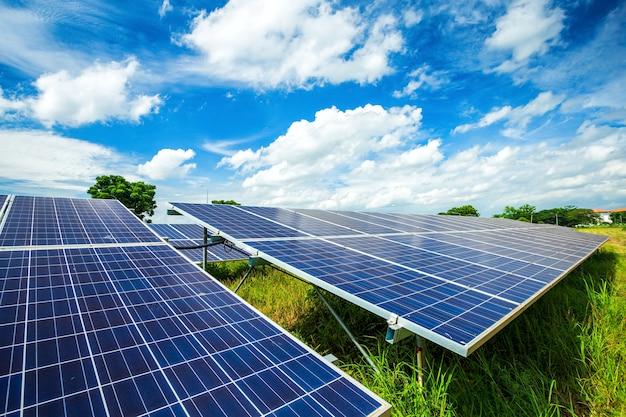 Zonnepaneel op blauwe hemelachtergrond, alternatieve energieconcept, schone energie, groene energie