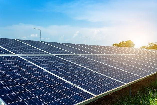Zonnepaneel op blauwe hemelachtergrond, alternatieve energieconcept, schone energie