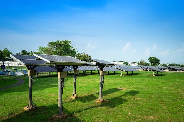 Zonnepaneel op blauwe hemelachtergrond, alternatieve energieconcept