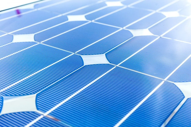 Zonnepaneel (zonnecel) voor alternatieve energie voor accu's op booreiland, olie en gas of petroleum offshore