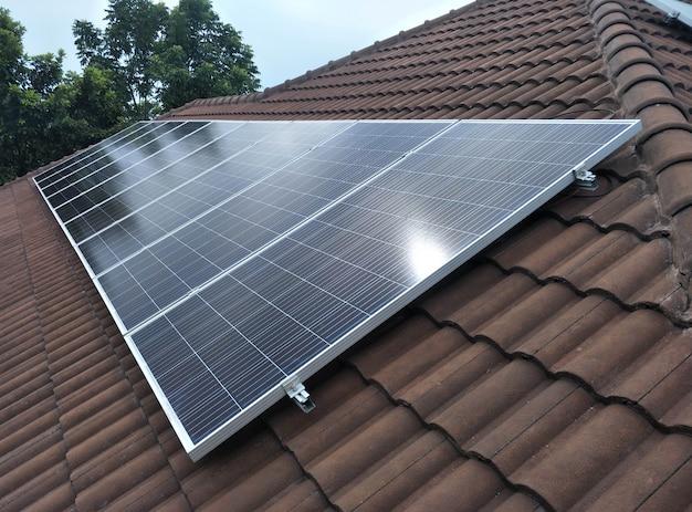 Zonnepaneelinstallatie op het dak met mooi uitzicht
