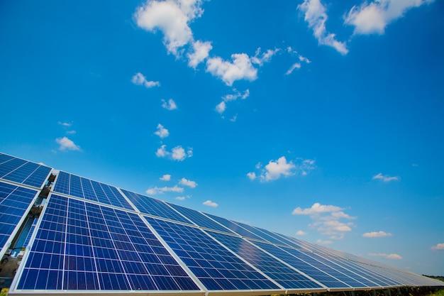 Zonnepanelen. elektriciteitscentrale. blauwe zonnepanelen. alternatieve elektriciteitsbron. zonne-boerderij.