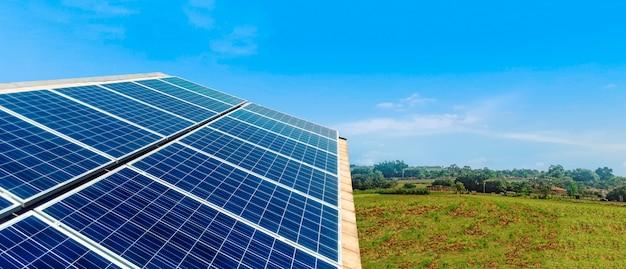 Zonnepanelen fotovoltaïsche installatie op een dak, alternatieve elektriciteitsbron - conceptafbeelding van duurzame bronnen