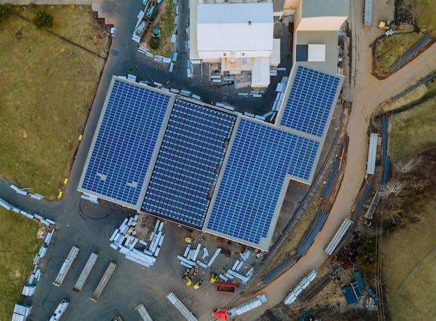 Zonnepanelen geïnstalleerd op een dak van een groot industrieel gebouw een magazijn.