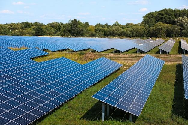 Zonnepanelen in luchtfoto. zonnepanelen systeem stroomgeneratoren van zon