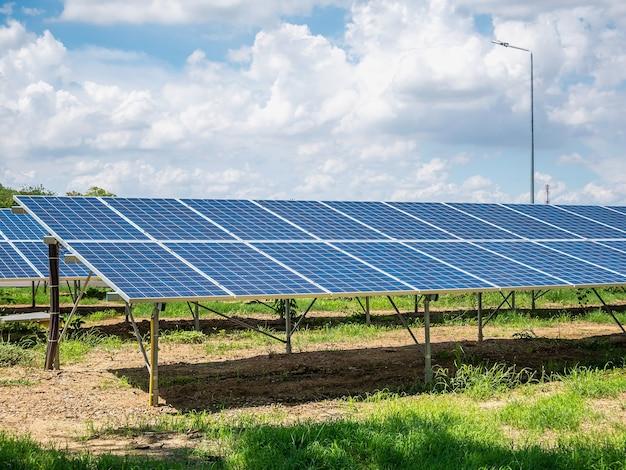 Zonnepanelen met blauwe lucht en wolken, zonne-energie milieuvriendelijke groene energie