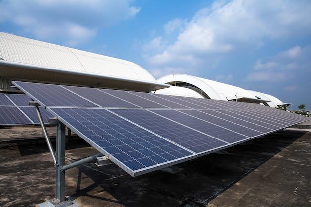 Zonnepanelen of zonnedaken geïnstalleerd op het dak van het gebouw