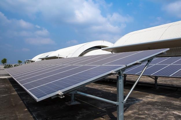 Zonnepanelen of zonnedaken geïnstalleerd op het dak van het gebouw.