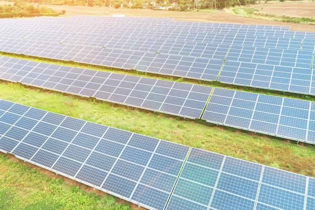 Zonnepanelen tegen diepblauwe lucht, alternatieve zonne-energie
