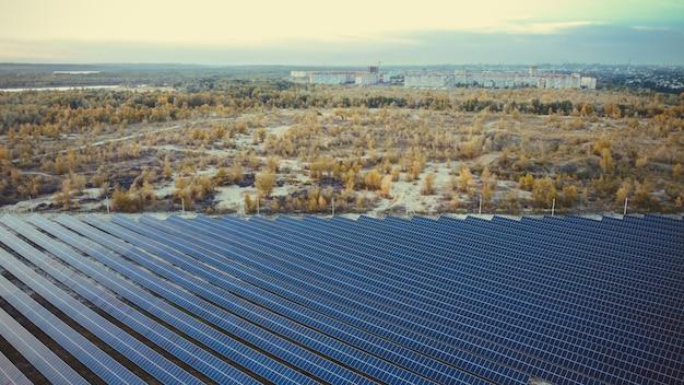 Zonnepanelen ver van de stad luchtfoto op zonnepanelen eco city concept