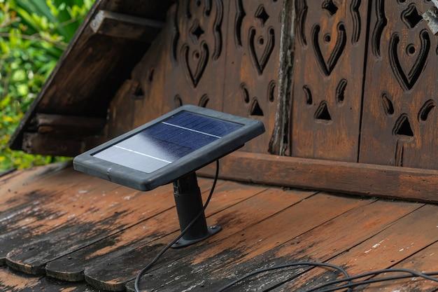 Zonnepanelen zijn gemonteerd op een oud houten plaatdak.