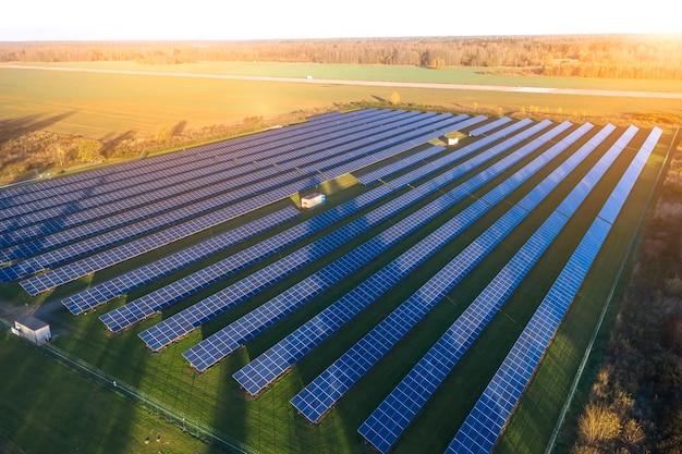 Zonnepanelen. zonne-energiecentrale. blauwe zonnepanelen. alternatieve elektriciteitsbron. zonne-boerderij.