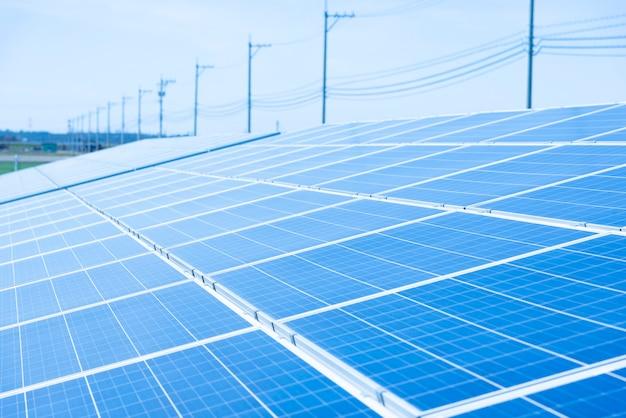 Zonnepanelen (zonnecel) in zonnelandbouwbedrijf met blauwe hemel en zonverlichting